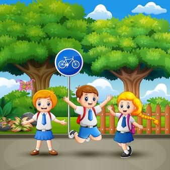Heureux écoliers dans le parc de la ville