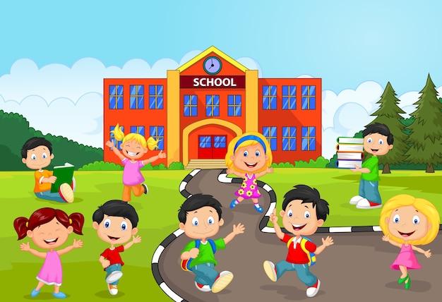 Heureux écoliers devant l'école