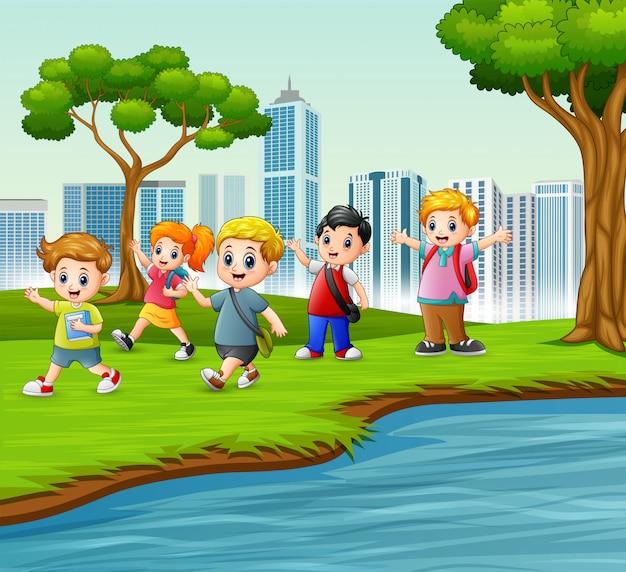 Heureux écoliers jouant dans le parc de la ville