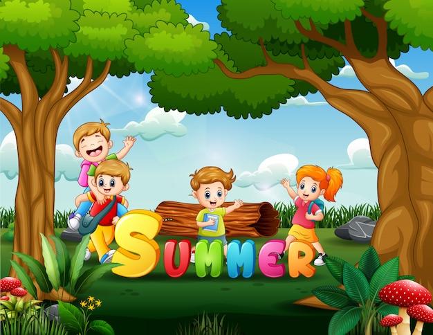 Heureux les écoliers s'amusant en été