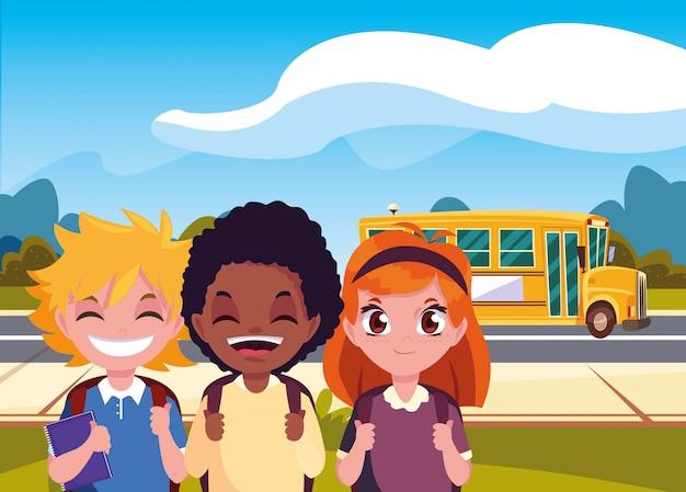 Heureux élèves dans le bus de la rue pour la rentrée scolaire