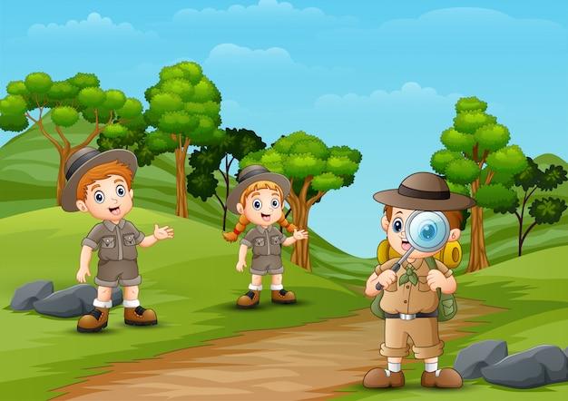 Heureux enfant explorateur sur le chemin de la forêt