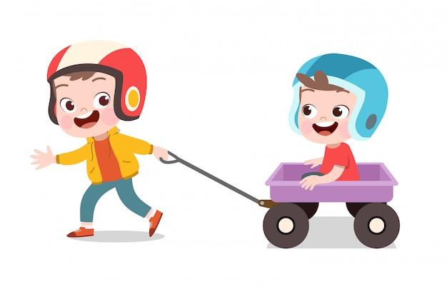 Heureux enfant joue avec un wagon