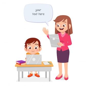 Heureux enfant mignon étudiant avec professeur
