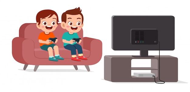 Heureux enfant mignon jouer au jeu vidéo ensemble
