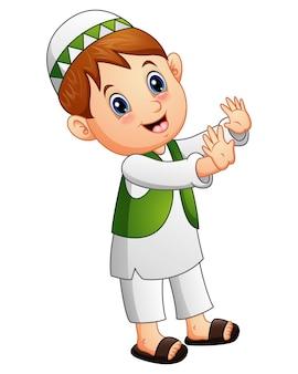 Heureux enfant musulman agitant la main