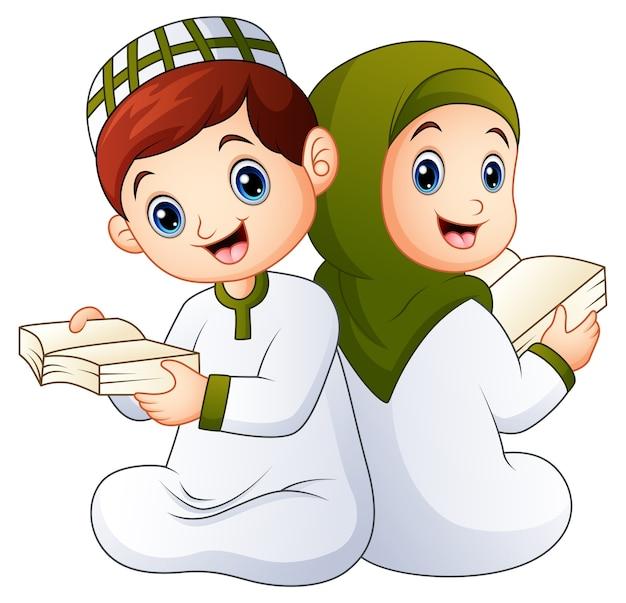 Heureux enfant musulman tenant coran