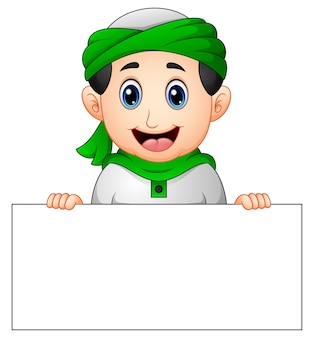 Heureux enfant musulman tenant une pancarte blanche