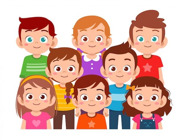Heureux enfants mignons garçon et fille sourient ensemble