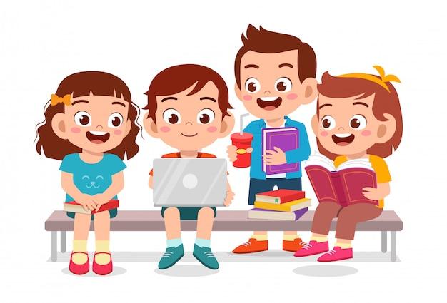 Heureux enfants mignons lecture livre ensemble