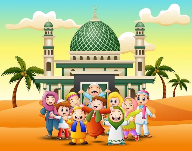 Heureux enfants musulmans cartoon devant une mosquée