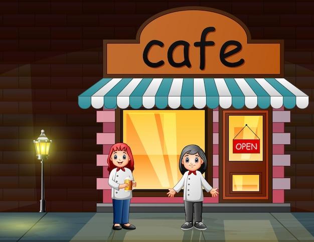 Heureux les femmes chefs devant le café