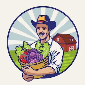 Heureux fermier avec un panier plein de légumes