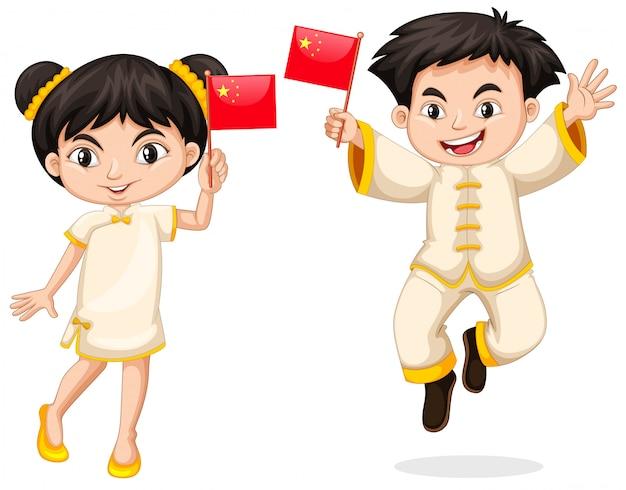 Heureux garçon et fille tenant le drapeau de la chine