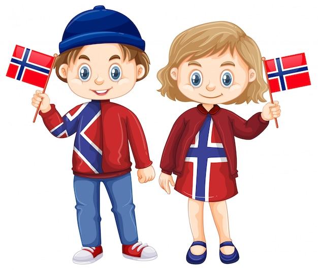 Heureux garçon et fille tenant le drapeau de la norvège