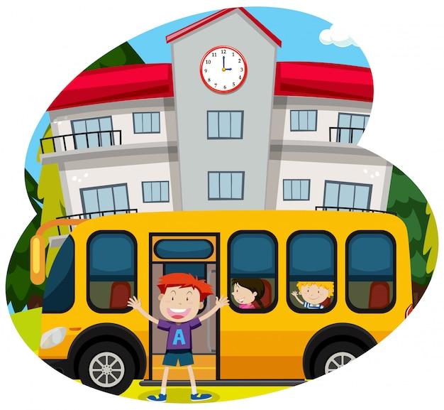 Heureux garçon infornt d'un bus scolaire