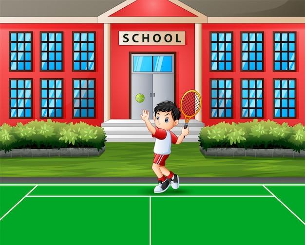 Heureux garçon jouant au tennis sur le court