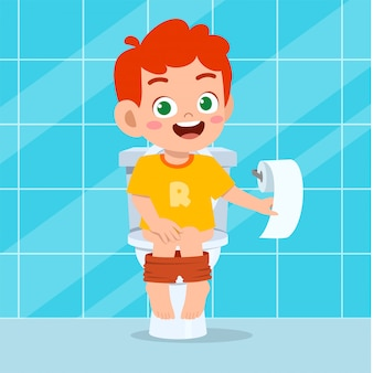 Heureux garçon mignon enfant assis sur les toilettes
