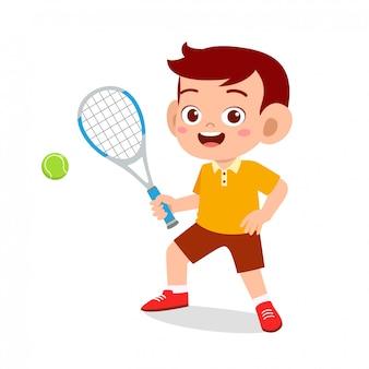 Heureux garçon mignon enfant jouant au tennis