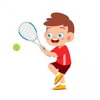 Heureux garçon mignon enfant jouer au tennis de train
