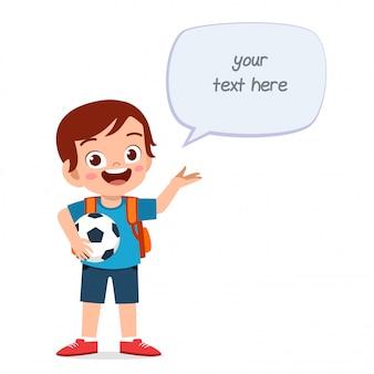 Heureux garçon mignon enfant tenant la balle avec un message de ballon