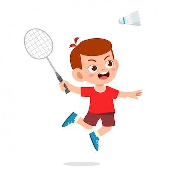 Heureux garçon mignon jouer au badminton de train
