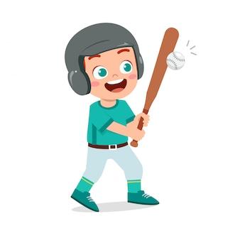 Heureux garçon mignon jouer au train de baseball