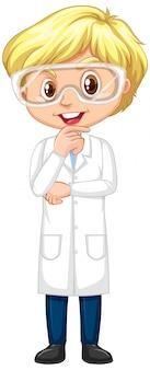 Heureux garçon en robe scientifique debout sur blanc