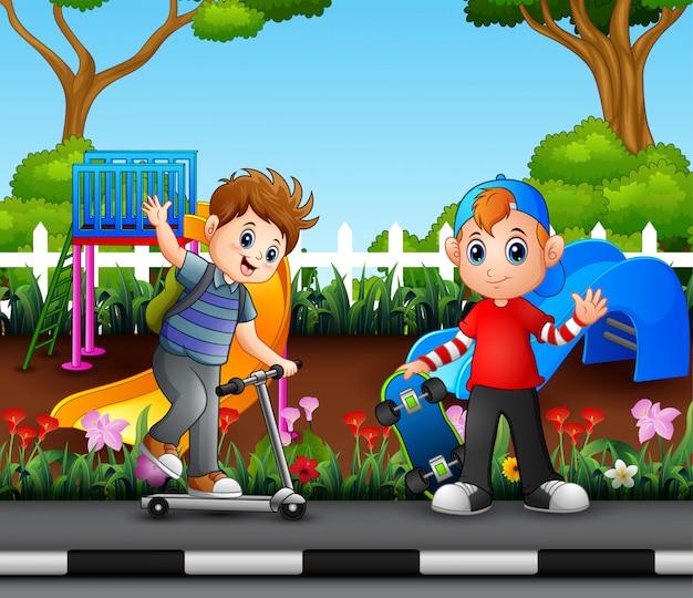 Heureux garçons jouant dans le parc de la ville
