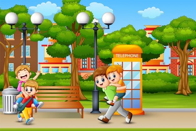 Heureux garçons jouant sur le parc de la ville