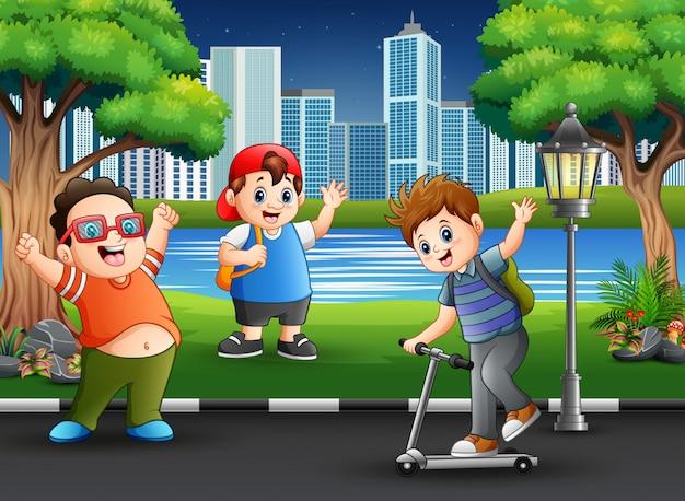 Heureux garçons jouant à la route du parc