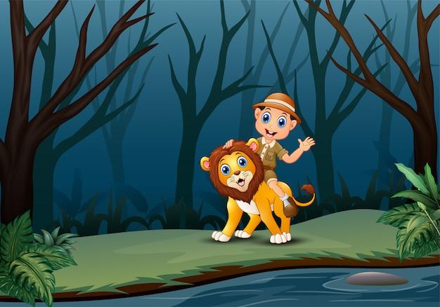 Heureux gardien de zoo et lion dans une forêt