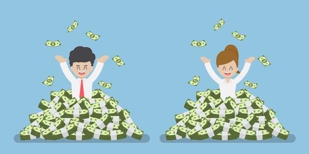 Heureux homme d'affaires et femme d'affaires debout dans une pile d'argent, de succès et de richesse concept