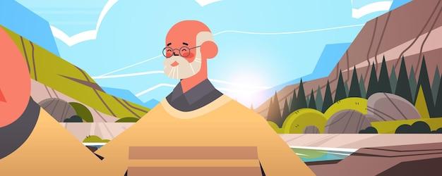 Heureux, homme aîné, prendre, selfie, sur, smartphone, appareil photo, grand-père, faire, auto photo, beau, nature, paysage, fond, portrait horizontal, vecteur, illustration