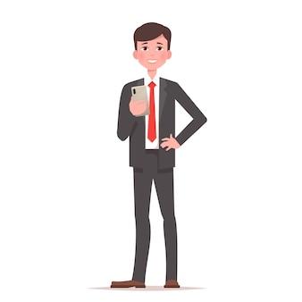 Heureux homme en costume d'affaires tient le smartphone en main.