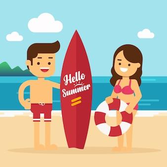 Heureux homme et femme à la plage homme avec une planche de surf et fille avec une bouée de sauvetage