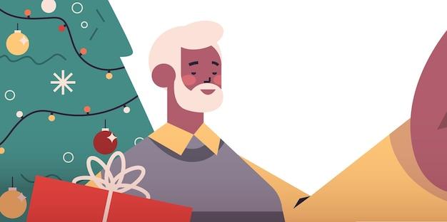 Heureux homme senior afro-américain tenant la caméra et prenant selfie près de sapin nouvel an vacances de noël célébration concept illustration vectorielle portrait horizontal