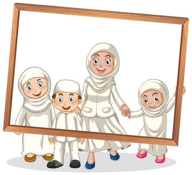 Heureux membre de la famille tenant un cadre photo
