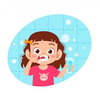 Heureux mignon enfant fille brosse nettoyer les dents