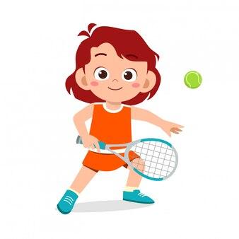 Heureux mignon enfant fille jouer au tennis de train