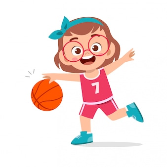 Heureux mignon enfant fille jouer train basket-ball