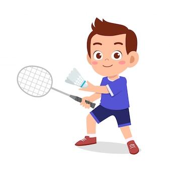 Heureux mignon enfant garçon jouer au badminton de train