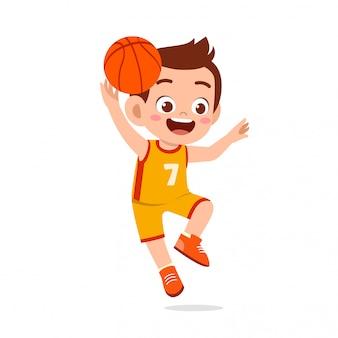 Heureux mignon enfant garçon jouer train basket-ball