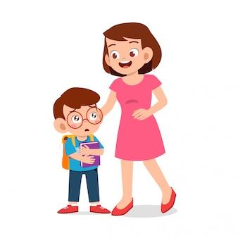 Heureux mignon enfant garçon premier jour école avec mère