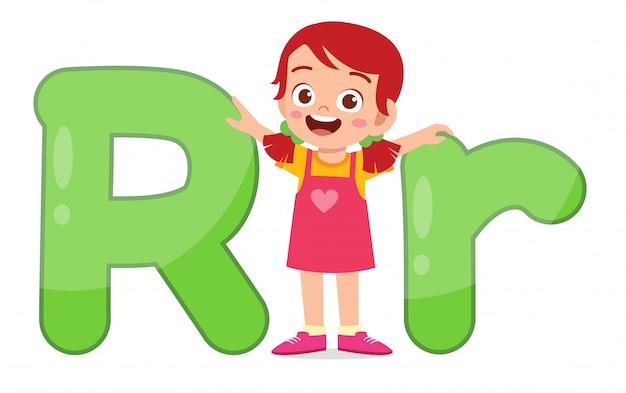 Heureux mignon petit enfant étudie le caractère alphabet