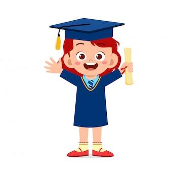 Heureux mignon petit enfant fille diplômé de l'école