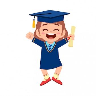 Heureux mignon petit enfant fille diplômée de l'école