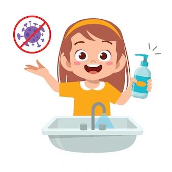 Heureux mignon petit enfant fille laver la main dans l'évier