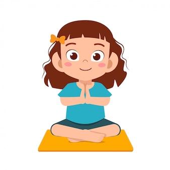 Heureux mignon petit enfant fille pratique le yoga
