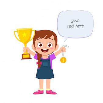 Heureux mignon petit enfant fille tenant le trophée